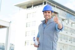 Szczęśliwy męski architekt gestykuluje aprobaty Fotografia Royalty Free