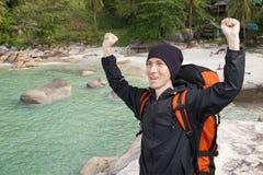 Szczęśliwy męski backpacker na tle ocean Fotografia Stock