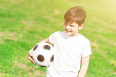 Szczęśliwy męski dziecko bawić się futbol Zdjęcie Stock