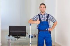 Szczęśliwy męski janitor gestykuluje aprobaty Obraz Royalty Free