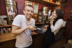 Szczęśliwy męski klient i sprzedawca przy kawowym sklepem Obraz Stock