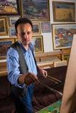 Szczęśliwy męski malarz w procesie Zdjęcie Royalty Free