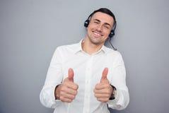 Szczęśliwy męski operator pokazuje aprobaty Obraz Royalty Free