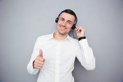 Szczęśliwy męski operator pokazuje kciuk up Fotografia Stock