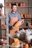 Szczęśliwy męski rzemieślnik ma ceramics Zdjęcia Royalty Free