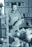 Szczęśliwy męski rzemieślnik ma ceramics Obraz Stock