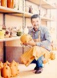 Szczęśliwy męski rzemieślnika mienia ceramics w rękach Zdjęcie Royalty Free