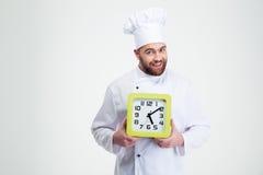 Szczęśliwy męski szefa kuchni kucharz trzyma ściennego zegar Obrazy Stock