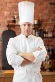 Szczęśliwy męski szefa kuchni kucharz w restauracyjnej kuchni Zdjęcie Stock