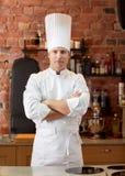 Szczęśliwy męski szefa kuchni kucharz w restauracyjnej kuchni Zdjęcia Royalty Free