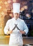 Szczęśliwy męski szefa kuchni kucharz w kuchni z nożem Zdjęcia Royalty Free