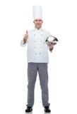 Szczęśliwy męski szefa kuchni kucharz z cloche pokazuje aprobaty Fotografia Royalty Free