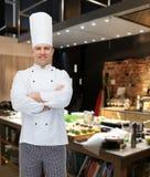 Szczęśliwy męski szefa kuchni kucharz z krzyżować rękami Obraz Stock