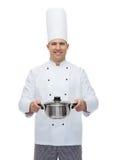 Szczęśliwy męski szefa kuchni kucharza mienia garnek Zdjęcia Royalty Free