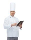 Szczęśliwy męski szefa kuchni kucharza mienia pastylki komputer osobisty Zdjęcie Royalty Free