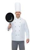 Szczęśliwy męski szefa kuchni kucharza mienie smaży nieckę Zdjęcie Royalty Free