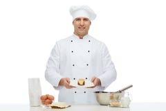 Szczęśliwy męski szefa kuchni kucharza pieczenie Obraz Stock