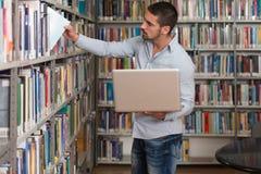 Szczęśliwy Męski uczeń Pracuje Z laptopem W bibliotece Obraz Royalty Free