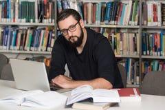 Szczęśliwy Męski uczeń Z laptopem W bibliotece Zdjęcie Royalty Free