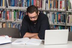 Szczęśliwy Męski uczeń Z laptopem W bibliotece Fotografia Royalty Free