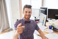 Szczęśliwy męski urzędnik wskazuje palec przy tobą Obrazy Stock