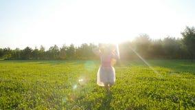 Szczęśliwy młoda kobieta bieg na łące na pogodnym jesień dniu zbiory