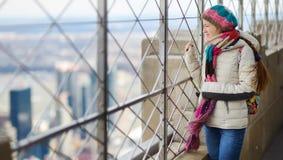 Szczęśliwy młoda kobieta turysta przy obserwacja pokładem empire state building w Miasto Nowy Jork Żeński podróżnik cieszy się wi zdjęcie royalty free
