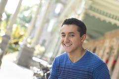 Szczęśliwy młodego człowieka ono uśmiecha się Fotografia Royalty Free