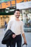 Szczęśliwy młodego człowieka podróżować Zdjęcia Stock