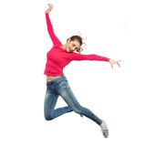 Szczęśliwy młodej kobiety doskakiwanie w powietrzu lub tanu Zdjęcia Stock