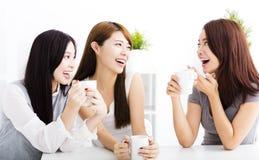 szczęśliwy młodej kobiety gawędzenie w żywym pokoju fotografia royalty free