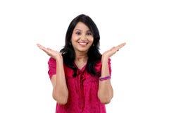 Szczęśliwy młodej kobiety gestykulować otwarte ręki Zdjęcia Stock