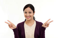 Szczęśliwy młodej kobiety gestykulować otwarte ręki Fotografia Royalty Free