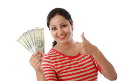 Szczęśliwy młodej kobiety mienia indianin 500 rupii notatki Zdjęcia Stock
