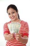 Szczęśliwy młodej kobiety mienia indianin 500 rupii notatki Obraz Stock