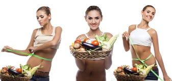 Szczęśliwy młodej kobiety mienia kosz z warzywem.  Zdjęcie Stock