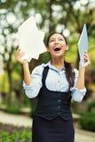 Szczęśliwy młodej kobiety odświętności sukces zdjęcie stock