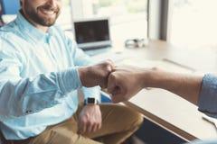 Szczęśliwy młodociany facet komunikuje z coworker w biurze fotografia royalty free