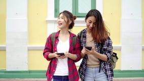 Szczęśliwy młody żeński kierunek i patrzeć na lokaci mapie na smartphone zbiory