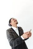 Szczęśliwy młody afrykański mężczyzna gawędzenie telefonem zdjęcia stock