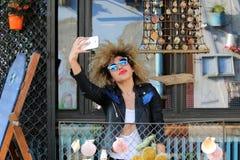 Szczęśliwy młody atrakcyjny kędzierzawy dziewczyna telefonu selfie Zdjęcie Royalty Free