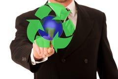 Szczęśliwy młody biznesmen przedstawia w kostiumu i krawacie, promuje, a Zdjęcie Stock