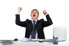 Szczęśliwy młody biznesmen z jego zbroi podnosi up odizolowywa na białym tle Zdjęcie Royalty Free
