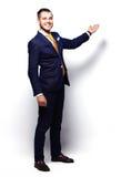Szczęśliwy Młody biznesmena Przedstawiać Odizolowywam Nad bielem Fotografia Stock