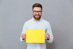 Szczęśliwy młody brodaty biznesmena mienia copyspace puste miejsce Zdjęcie Royalty Free