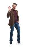 Szczęśliwy młody człowiek gestykuluje OK szyldowego Zdjęcie Royalty Free