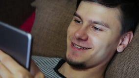 Szczęśliwy młody człowiek Używa Cyfrowej pastylkę Ipad zbiory wideo