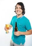 Szczęśliwy młody człowiek z piwem fotografia stock