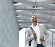 Szczęśliwy młody człowiek z torbą przy lotniskiem Fotografia Stock