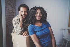 Szczęśliwy młody czarny afrykanin pary chodzenie boksuje w nowego mieszkanie wpólnie i robić pięknemu życiu rozochocona rodziny Zdjęcie Royalty Free